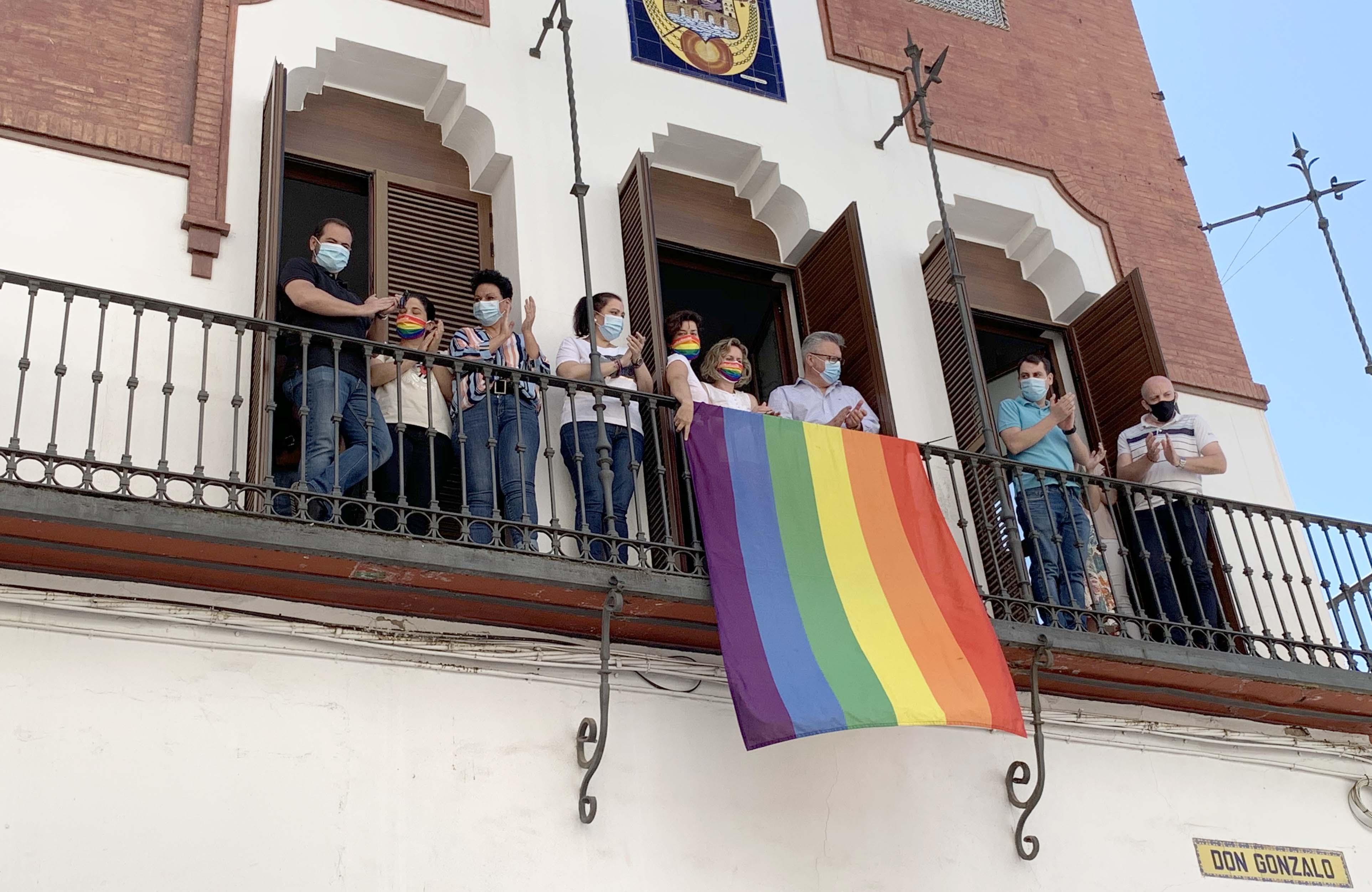 Bandera arcoíris en el balcón del Ayuntamiento