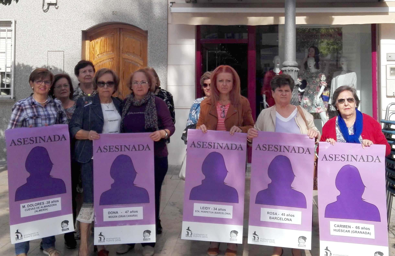 Banderolas con los nombres de las mujeres asesinadas