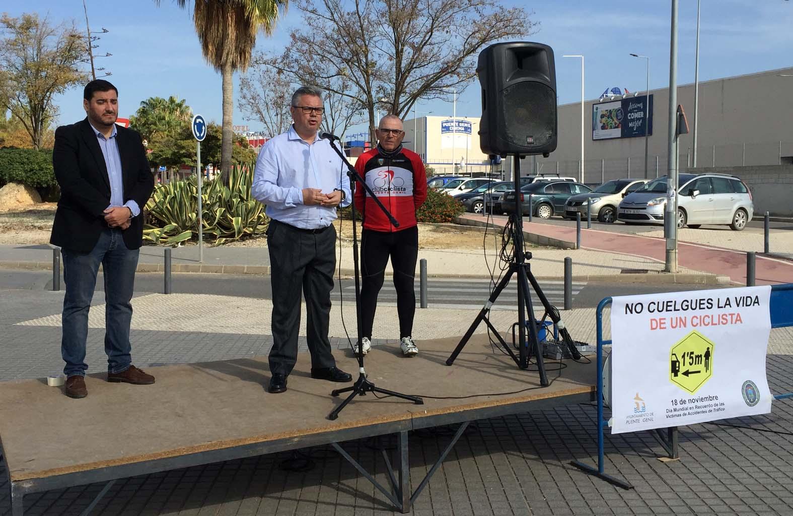 El alcalde se dirige a los ciclistas