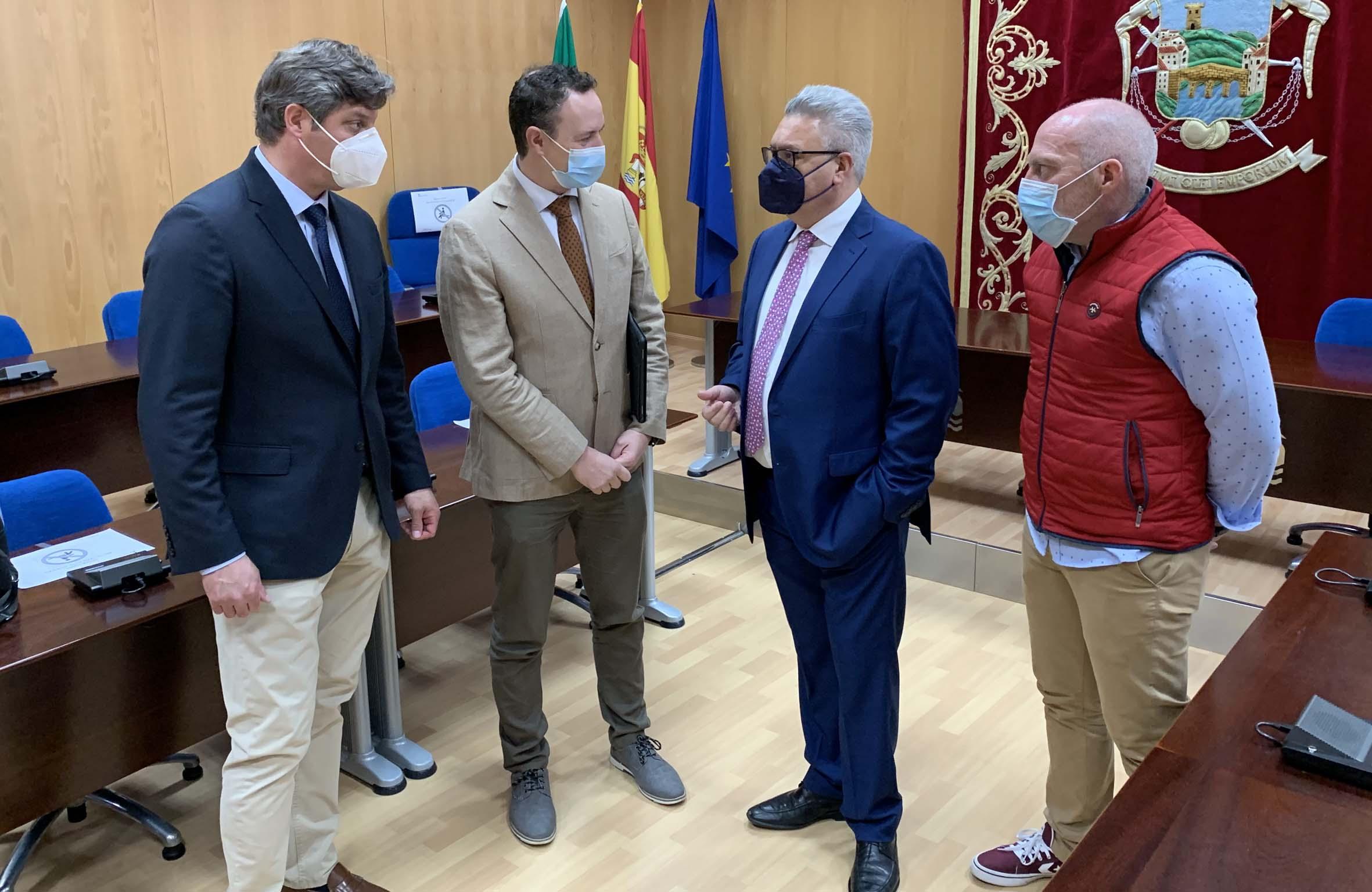 El alcalde y el delegado en el salón de Plenos