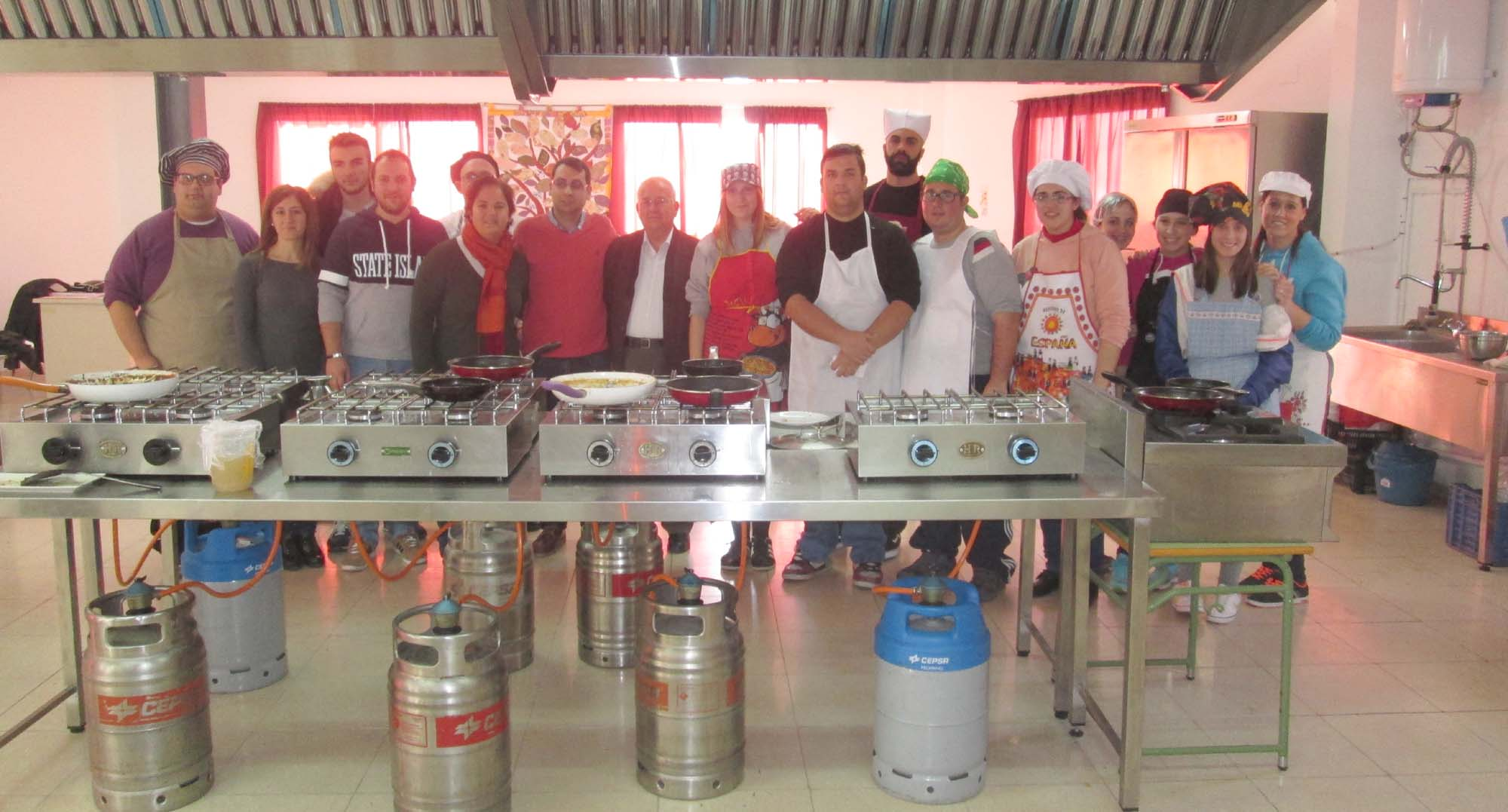Jóvenes del taller de cocina en las instalaciones de AVAS