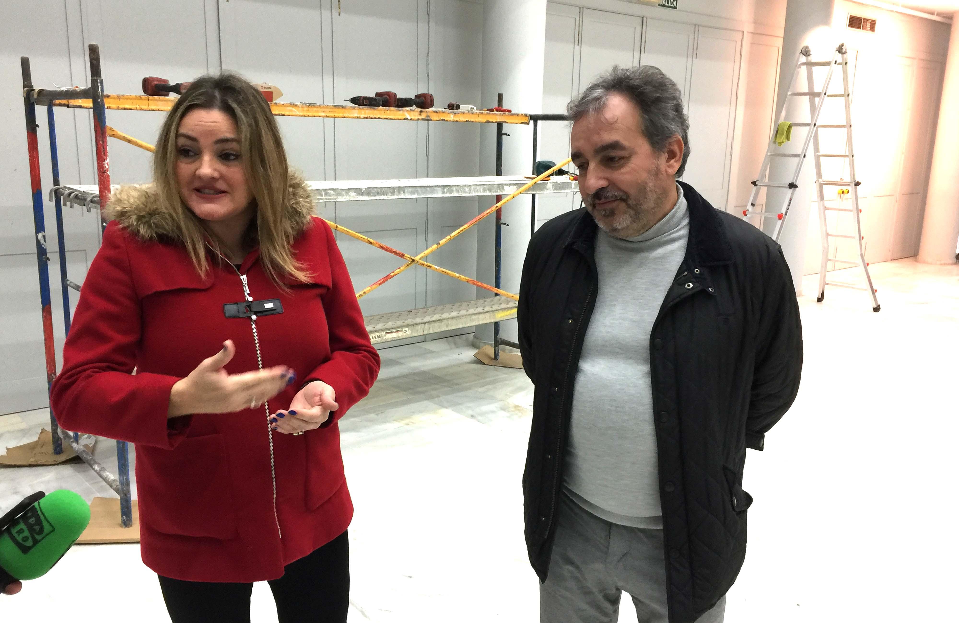 La concejala y el delegado en la Casa de la Cultura