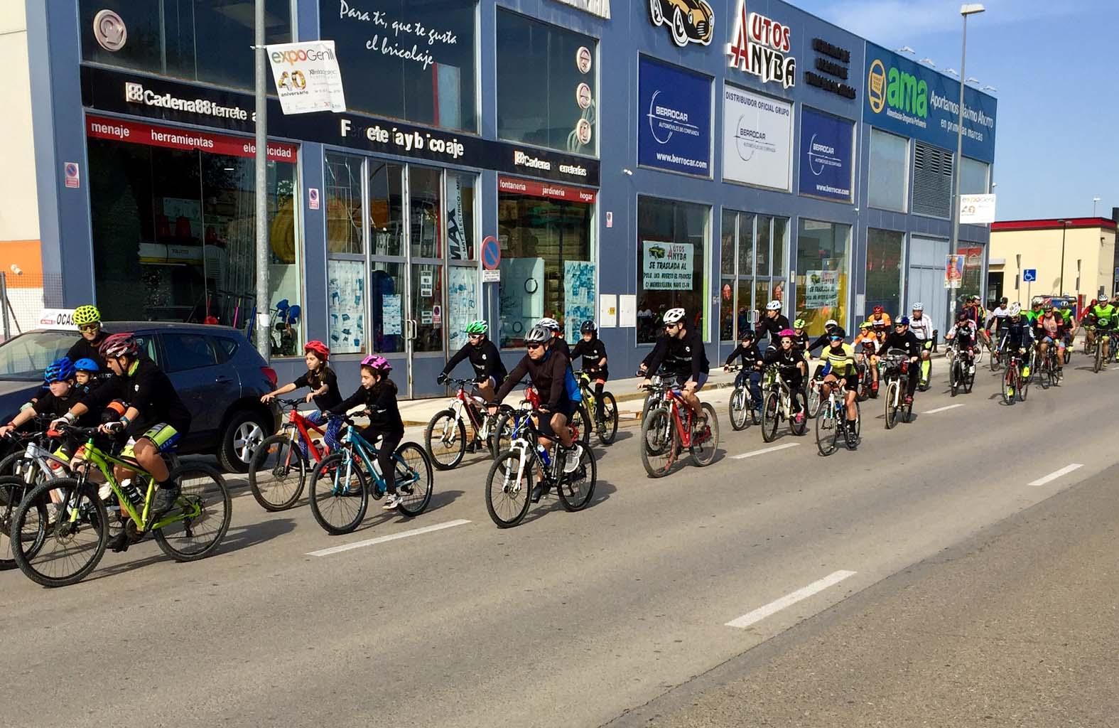 Marcha ciclista por las calles la localidad