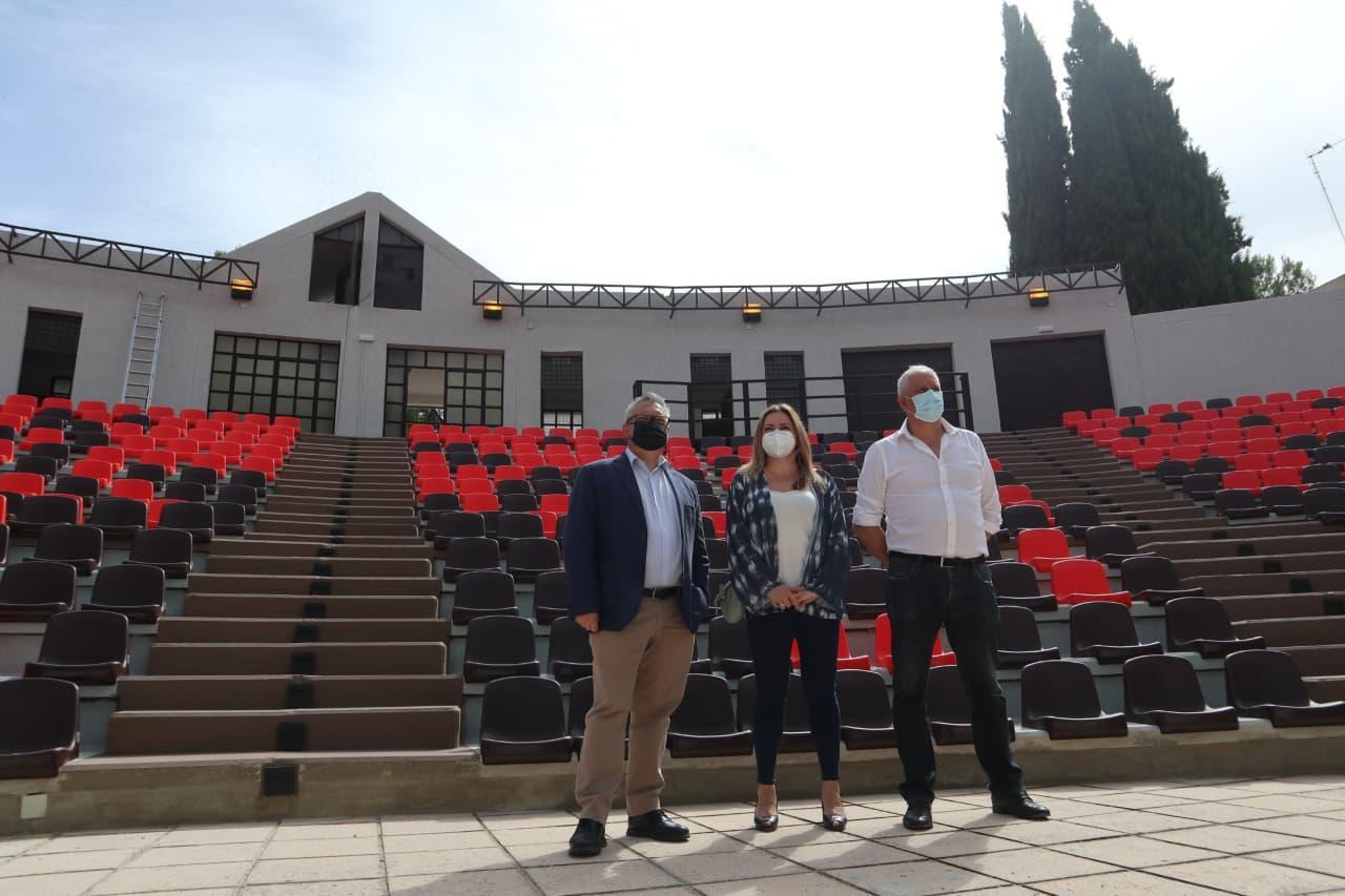 El alcalde y la concejala de Cultura visitan el Auditorio de Los Pinos tras las obras de remodelación del recinto