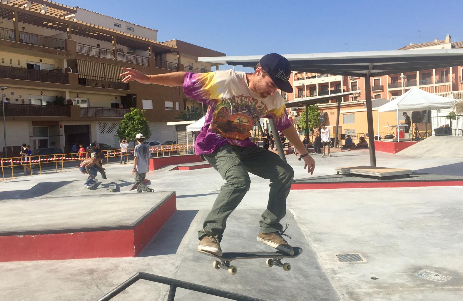 Un joven practica Skate en la plaza