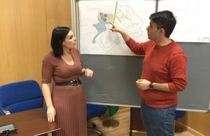 Los concejales junto a los planos del proyecto
