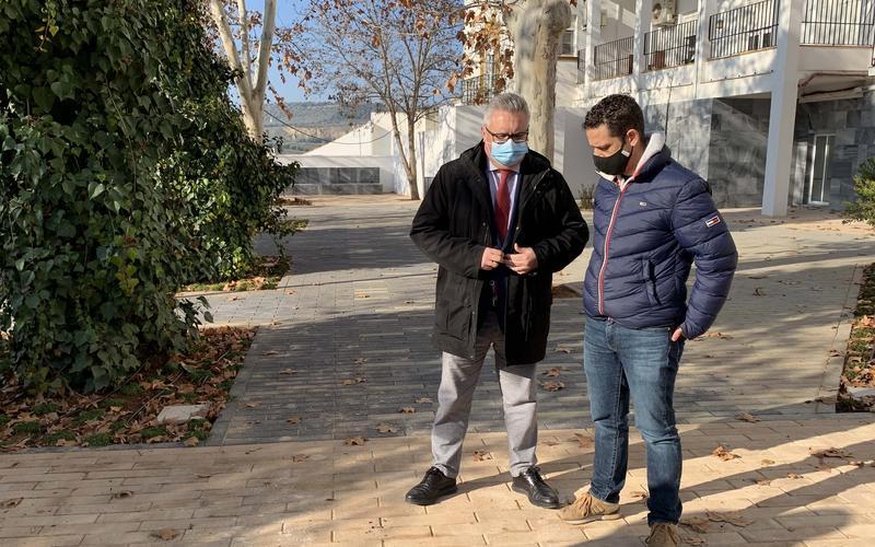 El alcalde departe con el concejal