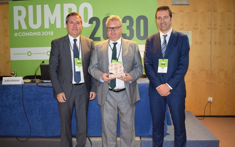 El alcalde recoge el premio de manos del presidente de la Red
