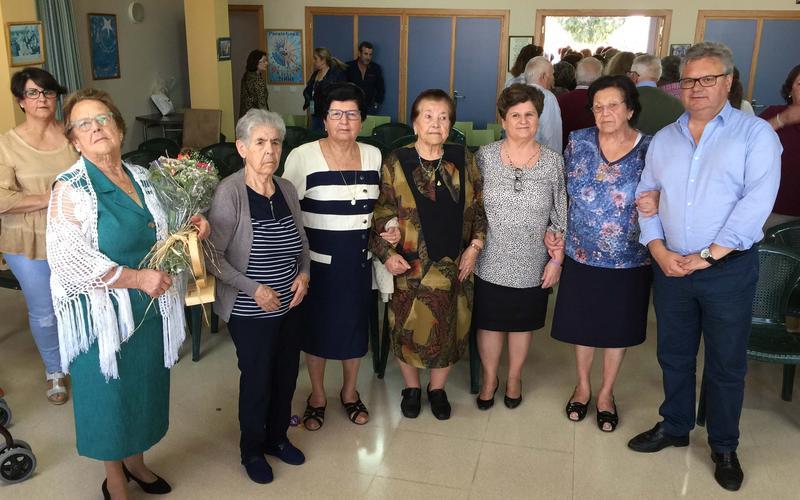 Las mujeres junto al alcalde y concejala