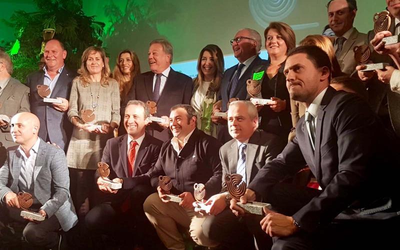 Los premiados junto a la presidenta de la Junta