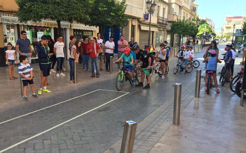Los menores realizan una actividad con bicicletas
