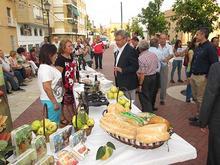 El alcalde visita el stand de productos títpicos