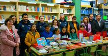 Donación libros al CEIP Maestro Enrique Asensi por la Policía Local