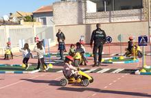 Los agentes junto al alumnado en la pista