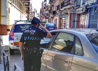 Un policía dialoga con un conductor