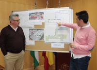 El alcalde y el concejal junto a los planos de las obras