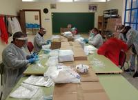 Empleados municipales preparan los kits