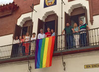 La bandera ondea en el balcón del Ayuntamiento