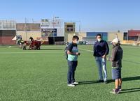 Recebado el césped del campo de fútbol