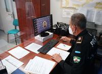 Un agente en las oficinas de Jefatura